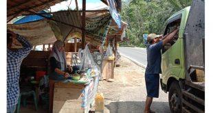 Pengendara mobil yang berhenti untuk membeli kue cucur. Foto diambil pada Rabu (16/06/2021). CHENDI EKO SAPUTRA/CTZONE