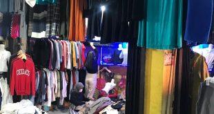 """Toko penjual pakaian second di Pasar Panorama.Bengkulu: Tren thrifting alias membeli barang bekas, khususnya pakaian, kini tengah digandrungi kalangan milenial. Dengan budget yang rendah, asalkan jeli memilih dan beruntung, maka bisa mendapatkan barang bermerek dengan kualitas tinggi. Bahkan jika dulu membeli """"baju batam"""" di pasar dianggap kurang """"level"""" karena hanya dihampar bertumpuk di lantai kios, kini pakaian bekas itu """"naik kelas"""". Tidak sedikit baju second yang kini dipajang di ruko Thrift Shop dengan ruangan bersih, wangi dan ber-AC. Dengan kondisi pakaian yang sudah di-laundry, tentu saja dari segi harga jadi lebih tinggi. Adalah Yogi Ardiansyah (20), mahasiswa yang gemar berburu barang second branded (bekas dan bermerek). Warga Jalan Mahoni RT. 10 RW.04 No. 04 Kelurahan Padang Jati, Ratu Samban itu mengakui dari sisi ekonomis, ia bisa tetap menghemat untuk selalu tampil trendi. """"Kalau kita pintar memilih, ada baju-baju bermerek yang bisa dibeli dengan harga murah. Yang sudah bersih juga ada. Di toko thrift shop, biasanya sudah dicuci bersih,"""" kata Yogi. Menurut Yogi, tidak perlu gengsi untuk membeli baju bekas pakai. Apalagi sekarang sudah banyak cara untuk membeli. Jika tidak bisa datang ke Pasar Panorama atau ke thrift shop langsung, pembeli bisa memesan via aplikasi WhatsApp atau cuci mata dulu di Instagram sebelum membeli. Membeli baju bekas memang sudah ada sejak dahulu. Tetapi dulu lebih diidentikkan dengan pakaian murah karena tidak sanggup membeli baju yang baru. Namun zaman telah berubah. Membeli pakaian bekas kini menjadi salah satu pilihan gaya hidup yang bisa mengurangi limbah hasil produksi pakaian. Membeli baju bekas ini sering dikenal dengan istilah thrift shop. Thrift secara bahasa artinya adalah penghematan. Istilah thrift ini kemudian digunakan sebagai salah satu aktivitas membeli barang yang lebih murah karena barang tersebut sudah pernah digunakan. Artinya, barang yang dibeli adalah barang bekas pakai, thrift shop adalah tempat yang men"""